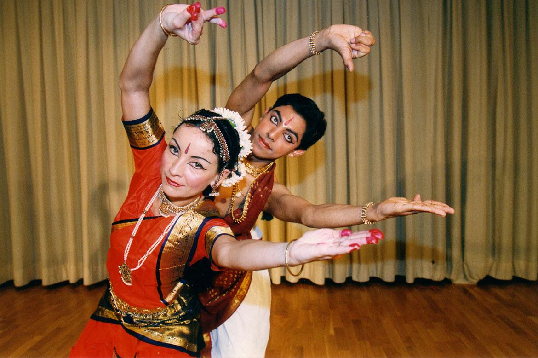 yoga ausbildung berlin urvasi leone triyoga yogalehrer yogaklasse indischer tanz